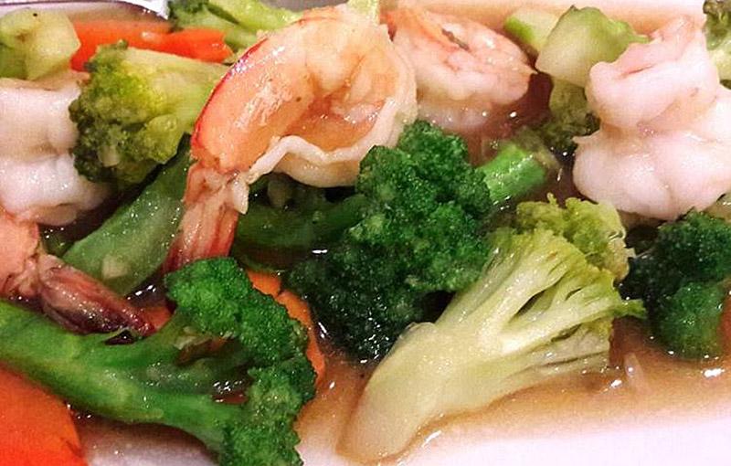 A plate of king prawn and broccoli fai daeng stir fry